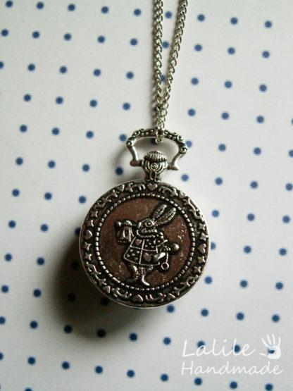 """Medalion zmotywem Kota z Cheshire i Białego Królika z """"Alicji w Krainie Czarów"""". W cenę wliczony jest też łańcuszek. Medalion idealny dla wielbicieli twórczości Lewisa Carrolla, w szczególności """"Alicji w Krainie Czarów""""."""