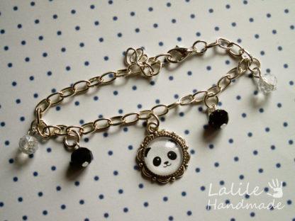 Bransoletka idealna dla miłośniczek pand! Bransoletka w kolorze srebrnym, na łańcuszku z zawieszką z pandą oraz kolorystycznie dobranymi koralikami.